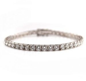 Diamond tennis bracelet with claw setting in white gold